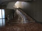 Внутренняя лестница из мрамора Al Purple в частном доме