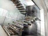 Внутренняя лестница из мрамора Emperador Dark в офисе