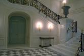 Внутренняя лестница из мрамора Bianco Carrara в частном  строении