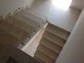 Внутренняя лестница из мрамора Crema Marfil в коттедже