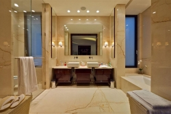 Ванная комната, облицованная мрамором Filetto Rosso, в гостинице