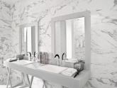 Ванная комната, облицованная мрамором Arabescato Cervaiole, в частном доме