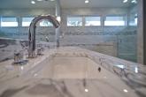 Столешница под раковину из мрамора Bianco Carrara в частном доме