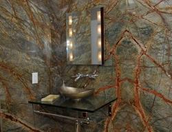 Стены ванной комнаты изи мрамора Bidasar Green в квартире