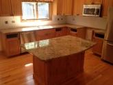 Кухонная столешница из гранита Nambian Gold в коттедже