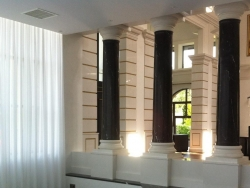 Колонны из мрамора Nero Marquino в загородном доме